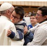 Papa Francisco se encontra com vítimas do terremoto na Itália